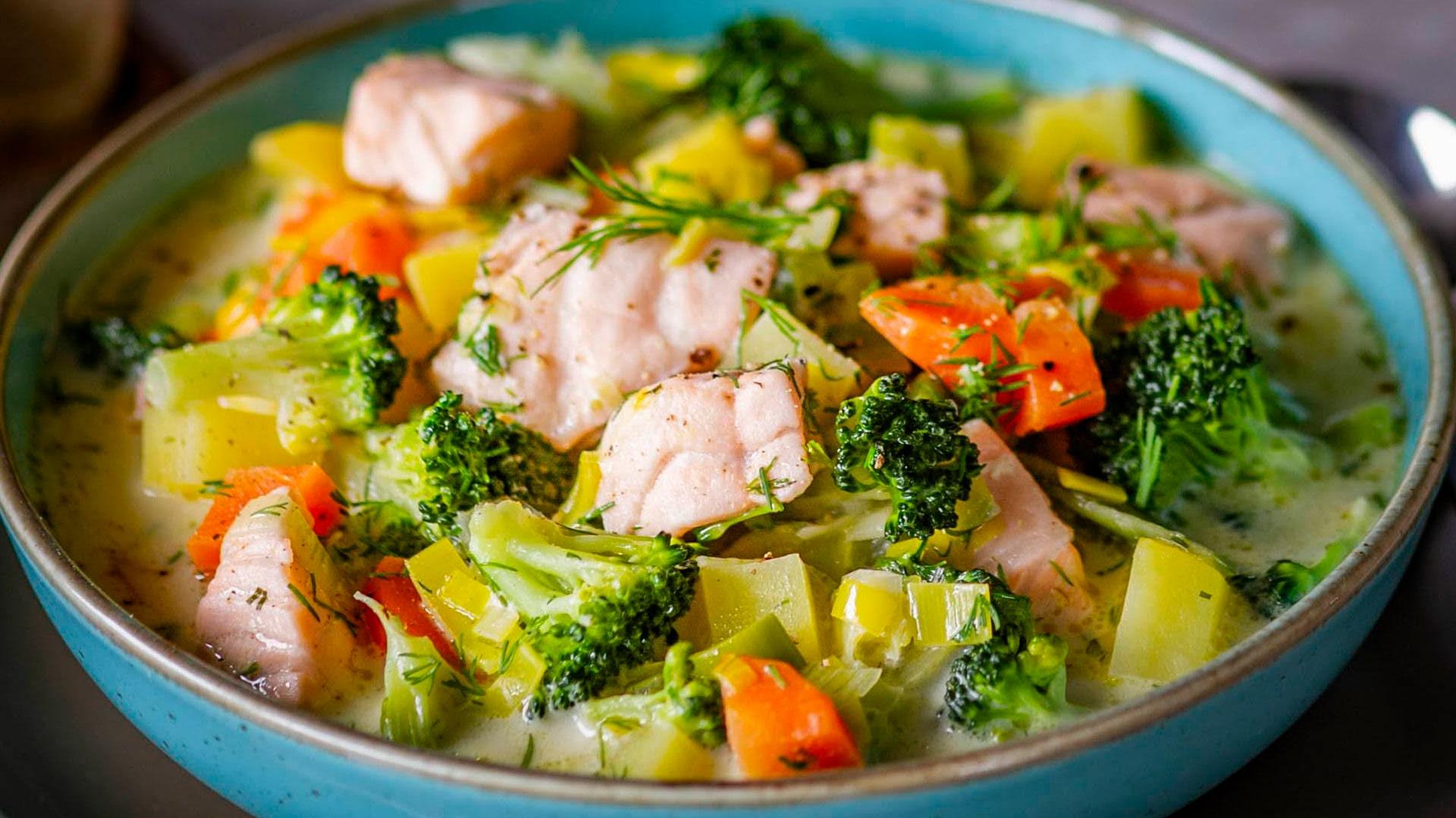 Сливочный лососевый суп с брокколи и сыром