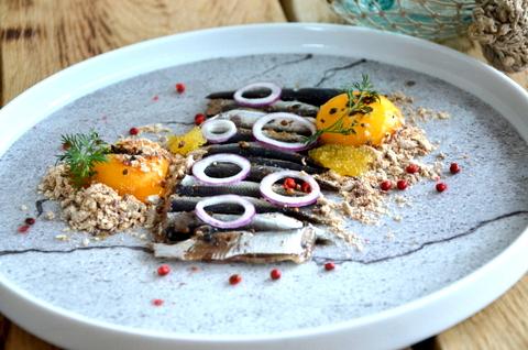 Demonteeritud kiluleib munakollase, jahvatatud peenleiva ja punase sibulaga